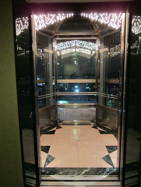 夜のエレベーター